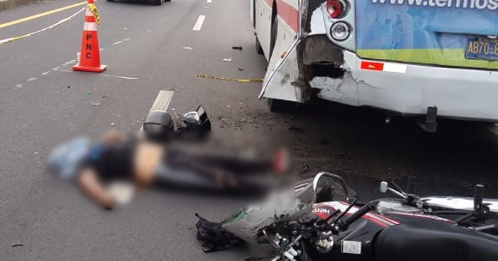 Motociclista muere tras chocar contra un autobús sobre carretera de Oro, Soyapango