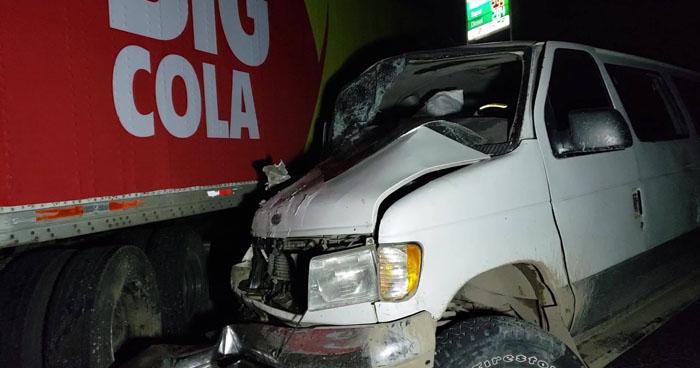 Abandonan microbús con mercadería tras accidente en Pasaquina, La Unión