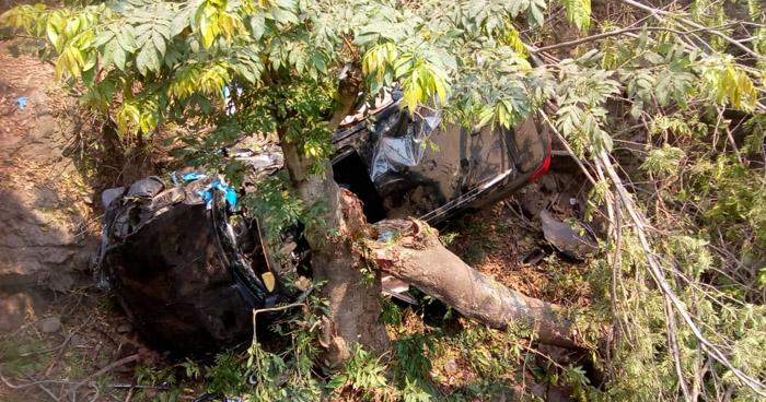 Vehículo cae a un barranco y deja a cuatro personas lesionadas