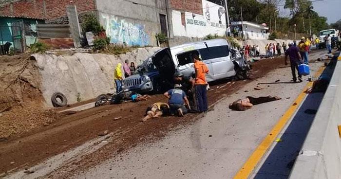 Un fallecido y 15 lesionados en múltiple choque en carretera al Puerto de La Libertad