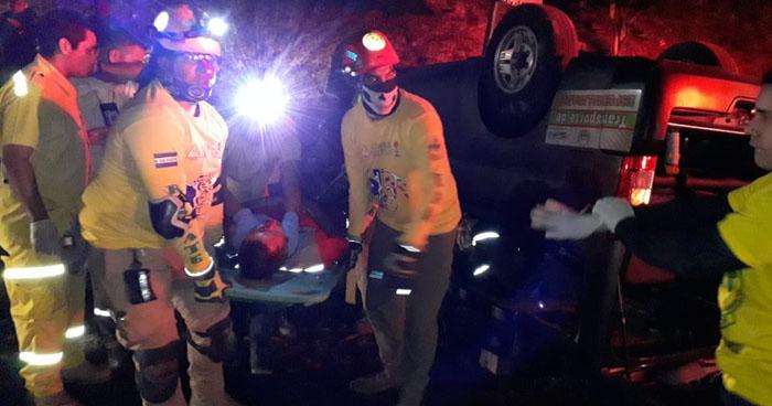 Motorista y copiloto en estado de ebriedad lesionados tras accidentarse en Apopa