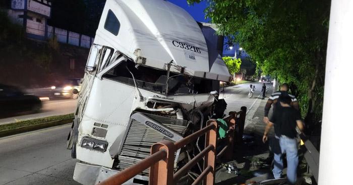 Rastra accidentada causa caos vehicular en Bulevar del Ejército