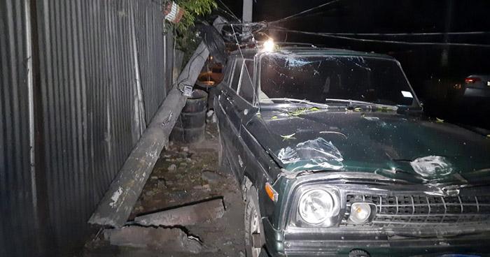 Conductora derriba un poste y deja sin luz a varias zonas del Barrio San Jacinto