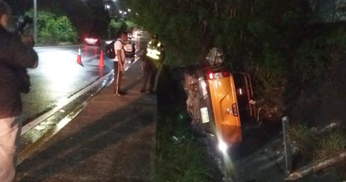 Conductor se accidenta sobre carretera a Comalapa por conducir a excesiva velocidad
