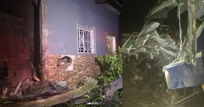 Conductor atrapado en autobús tras impactar contra vivienda en San Miguel