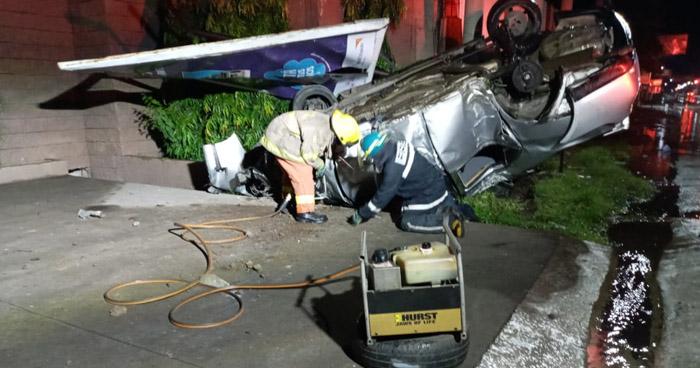 Joven pierde la vida al volcar su vehículo en San Miguel