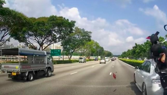 Escalofriante accidente de un motociclista con un auto en Singapur