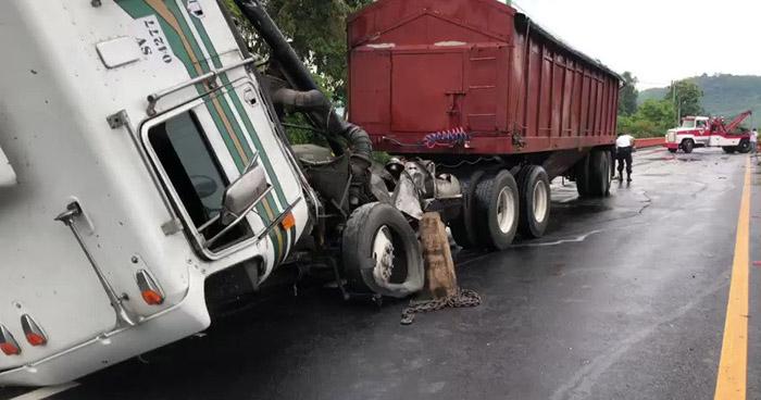 Rastra choca tras presentar falla en los frenos en carretera de Sonsonate