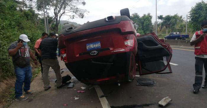 Mujer fallecida y dos lesionados tras volcar vehículo en carretera de Sonsonate
