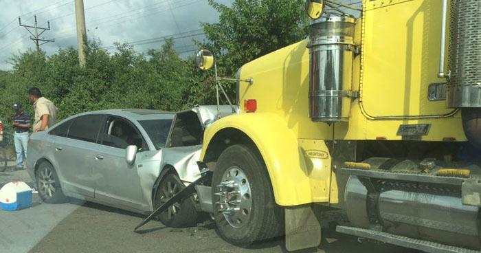 Conductor muere tras perder el control de su vehículo y chocar con una rastra en Acajutla