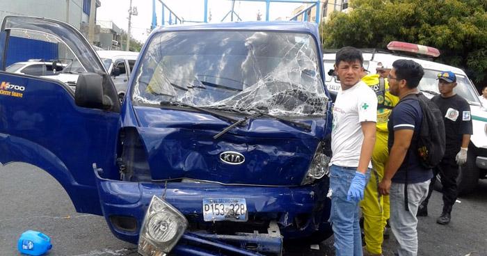 Tres personas lesionadas deja choque frontal entre camiones en San Salvador