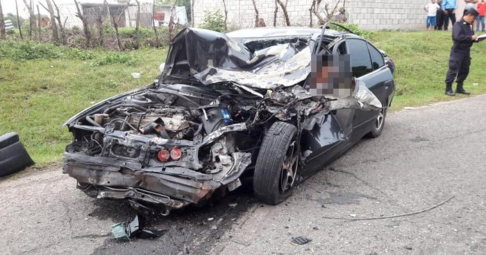 Conductor muere al impactar de frente con autobús en carretera a San Pablo Tacachico