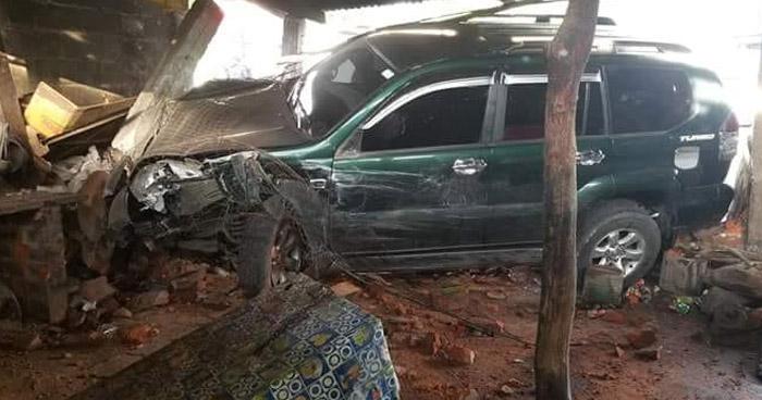 Camioneta impacta contra una vivienda tras chocar sobre la carretera Troncal del Norte
