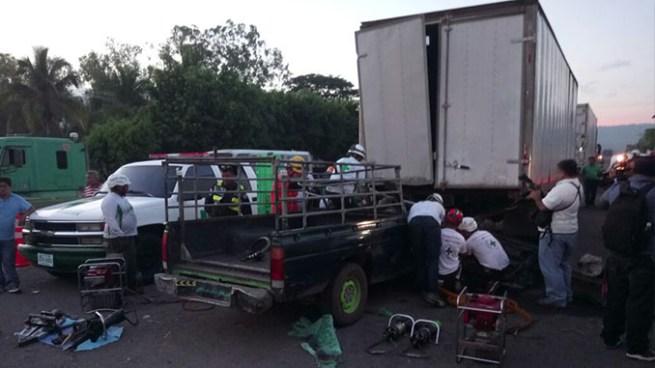 Muere conductor de pick up tras chocar con un furgón y quedar atrapado en su vehículo