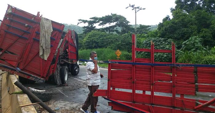 Camión vuelca en carretera Los Chorros