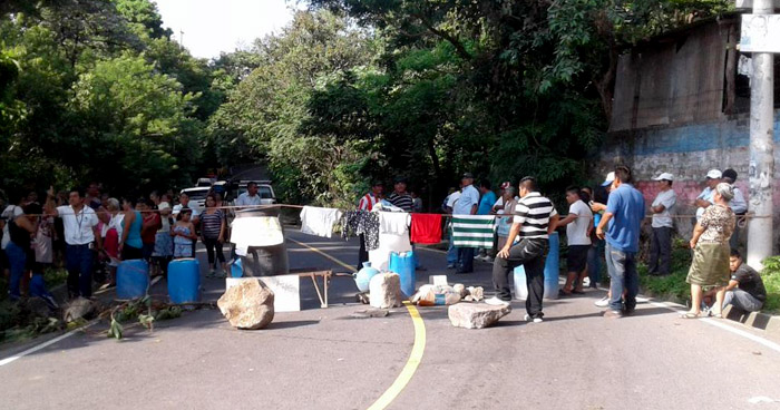 Manifestantes bloquean paso en calle El Guaje por falta de agua