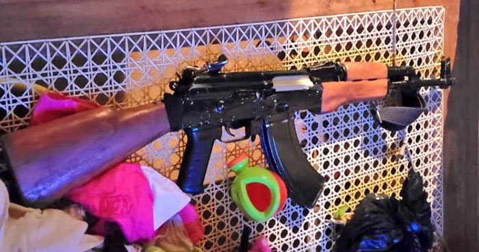 Pandillero escapa y abandona fusil AK-47 en vivienda de Santa Elena, Usulután