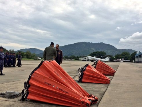 Nayib Bukele hace la entrega de equipo para extinción de incendios a la Fuerza Aérea