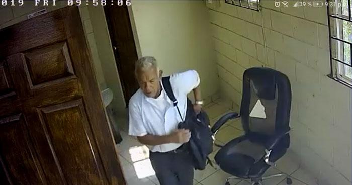 Captan a anciano robando en un taller de la Avenida Bernal de San Salvador