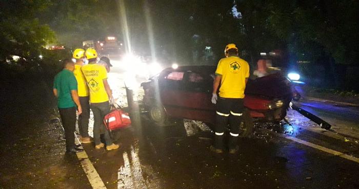 Árbol cayó sobre un vehículo en carretera Panamericana por Regimiento de Caballería