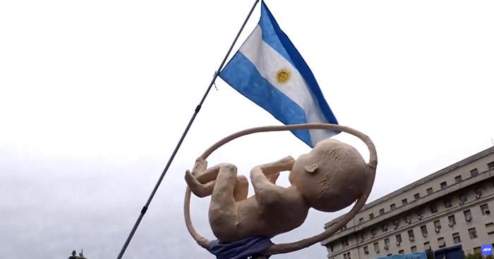 Diputados aprueban legalizar el aborto en Argentina