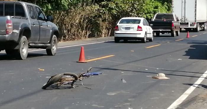 Ciclista arrollado por una rastra en carretera de Jujutla, Ahuachapán