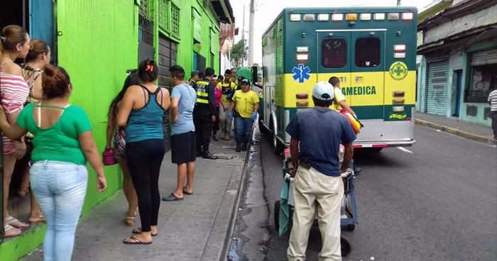Mujer lesionada tras asalto frustrado en establecimiento, en el centro de San Salvador