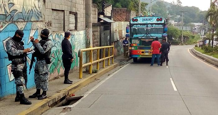 Dos muertos y varios heridos tras intercambio de disparos en un autobús de la ruta 117