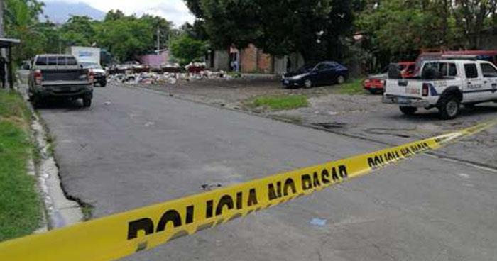 Acribillan a balazos a un pandillero frente a una iglesia en Cuscatancingo