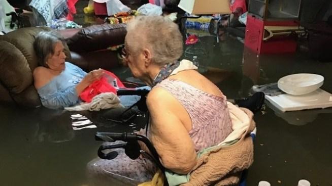 Rescatan a ancianos de un asilo que se había inundado tras el paso de tormenta Harvey en EE.UU.