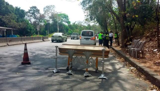 Unidad de Transito de Santa Ana inicia campaña de prevención de accidentes colocando un ataúd en la carretera