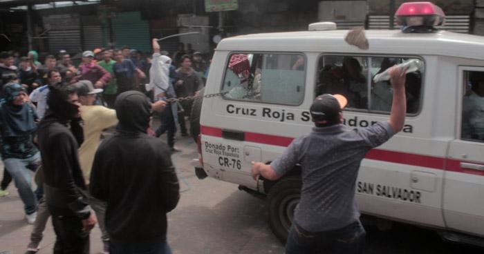 """""""Vendedores"""" apedrearon ambulancia de Cruz Roja mientras trasladaba lesionados"""