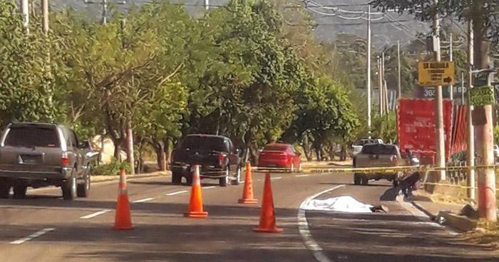 Motociclista muere al ser arrollado por una rastra en carretera a Comalapa