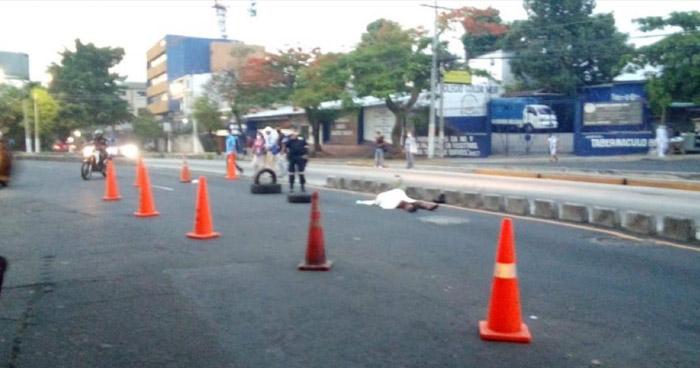 Anciano muere al ser atropellado por taxista en Alameda Juan Pablo II en San Salvador
