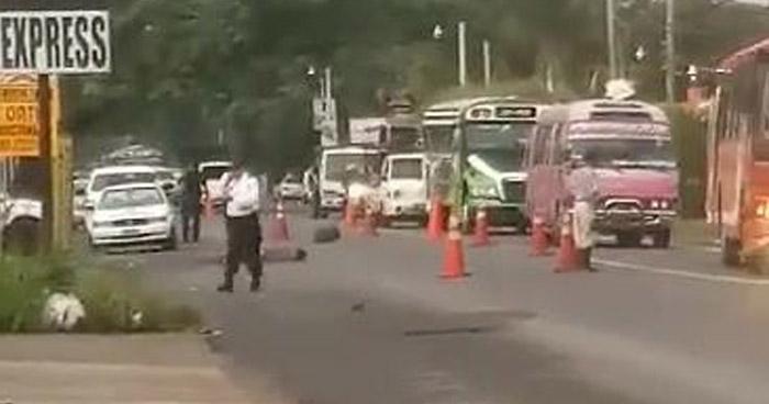 Automovilista huye tras atropellar y matar a un peatón en Sonsonate