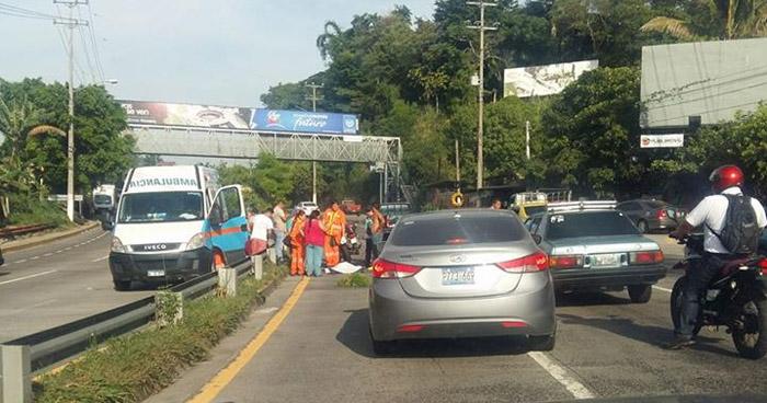 Persona fallecida después del puente de Los Planes de Renderos, sobre carretera Comalapa