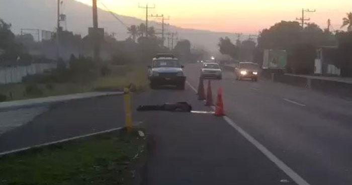 Hombre muere tras ser atropellado en carretera de Sonsonate