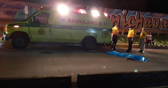 Hombre muere al ser atropellado en Alameda Juan Pablo II, San Salvador