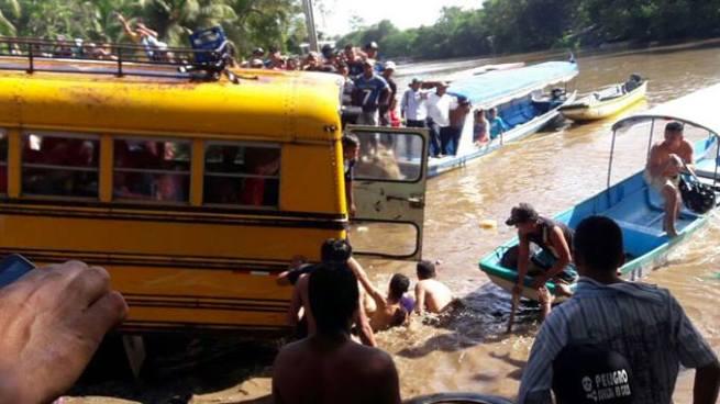 Mueren 5 personas entre ellos dos menores al caer autobús en el Río San Juan, Nicaragua