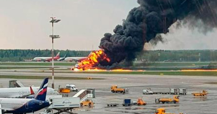 Al menos 13 muertos deja aterrizaje de avión envuelto en llamas en aeropuerto de Moscú