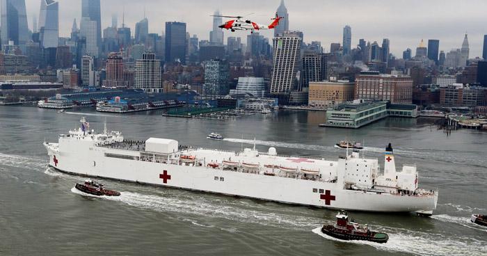 Barco hospital llega a Nueva York para aliviar el sistema hospitalario que lucha contra el COVID-19