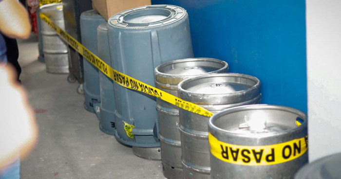 Descubren barriles de cerveza ocultos con depósitos de basura en el Estadio Cuscatlán