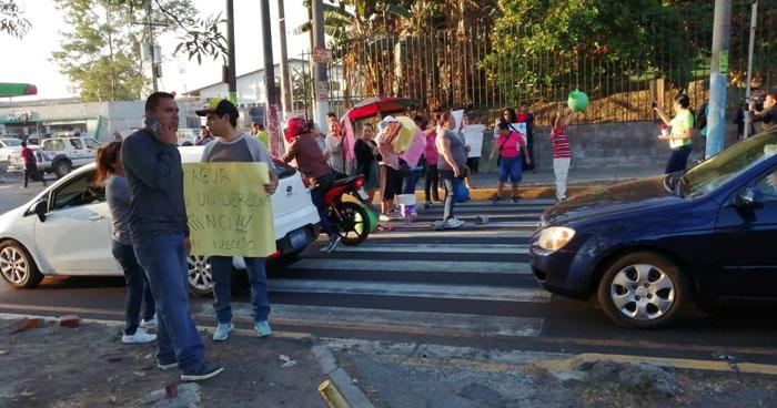 Bloquean bulevar del Ejército en acción de protesta en contra de ANDA