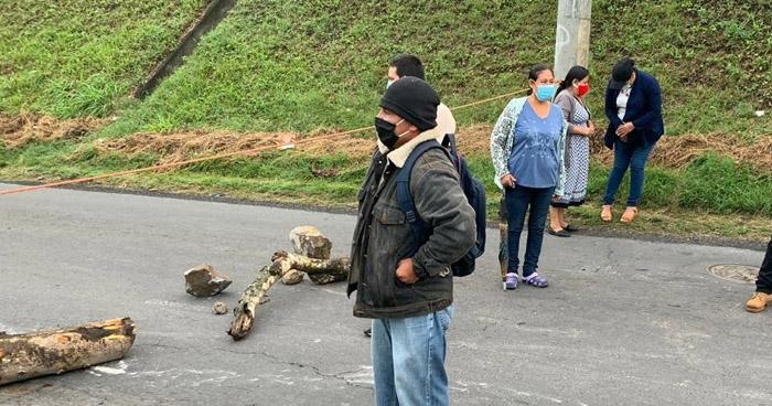 Veteranos de Guerra bloquean carretera al Puerto de La Libertad para exigir pago de pensiones