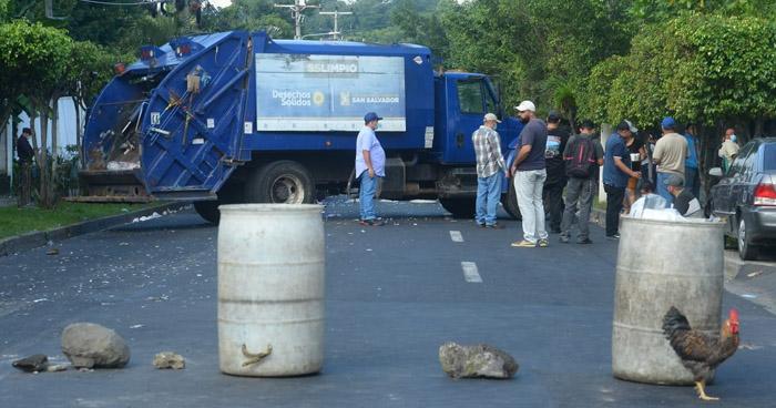 Sindicalistas mantienen cerrada calle 5 de Noviembre
