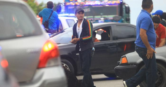 Cierran carretera al Puerto de La Libertad en protesta por aumento de pasaje