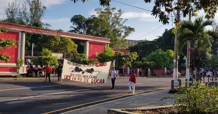 Sindicatos, estudiantes y docentes cierran tramo de la Autopista Norte en acción de protesta