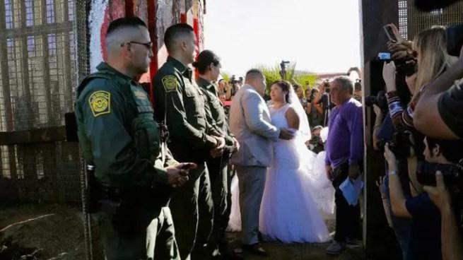 Pareja se casa en cruce fronterizo como muestra que para el amor no hay fronteras