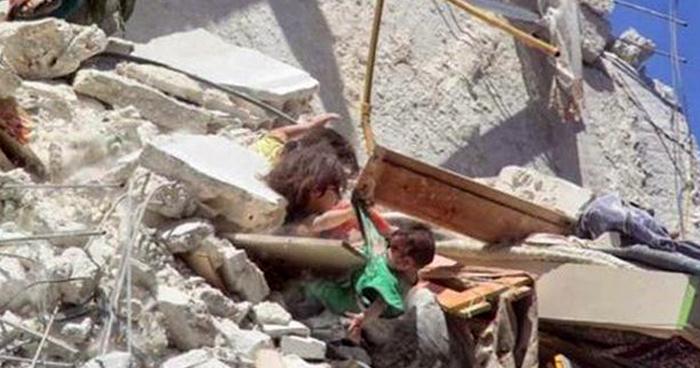 VIDEO | Captan a tres niñas entre escombros tras bombardeo en Siria