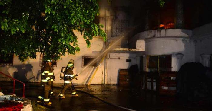 Se incendia local comercial en la Alameda Roosevelt de San Salvador
